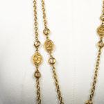 Chanel_Kette_Gold_mit_weißen_Steine_ und_CC_Münzen_2